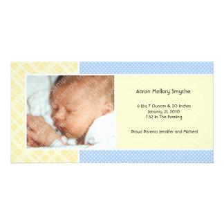 格子縞およびマイクロの点の男の子の新生児の写真カード カード