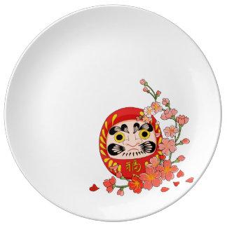 桜との日本ので幸運なDaruma 磁器プレート