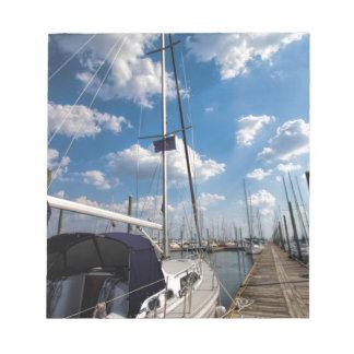 桟橋の美しいヨット ノートパッド