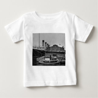 桟橋59のヴィンテージのスライドガラス1911年でオリンピックRMS ベビーTシャツ