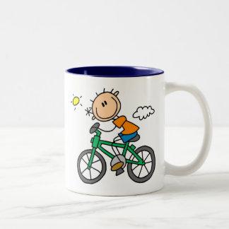 棒の男の子の乗馬の自転車 ツートーンマグカップ