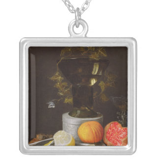 棚のガラスそしてフルーツが付いている静物画 シルバープレートネックレス