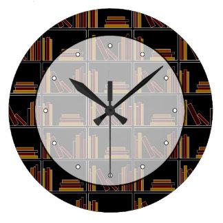 棚のブラウン、バーガンディおよびマスタード色の本 ラージ壁時計
