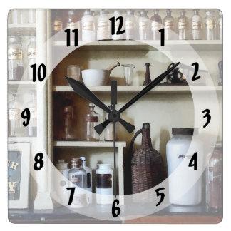 棚の乳鉢および乳棒およびボトル スクエア壁時計