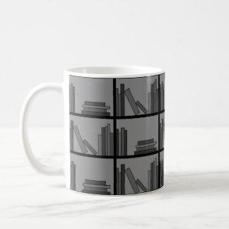 棚の本。 灰色および黒 コーヒーマグカップ