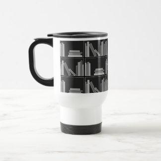 棚の本。 白黒灰色。 トラベルマグ