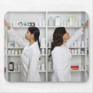 棚の薬物のために達している薬剤師 マウスパッド