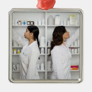 棚の薬物のために達している薬剤師 メタルオーナメント