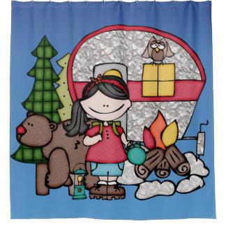 森くまのキャンプファイヤーでキャンプしている女の子 シャワーカーテン