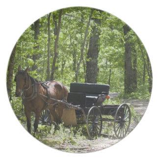 森でつなぎ留められる馬が引くキャリッジ プレート