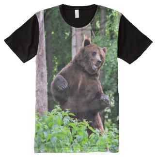 森で高く立っている灰色グマ オールオーバープリントT シャツ