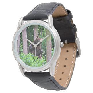 森で高く立っている灰色グマ 腕時計