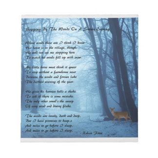 森に下記によって立寄ります: Robert Frost ノートパッド