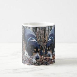 森のマグを捜すビーグル犬のウサギ コーヒーマグカップ