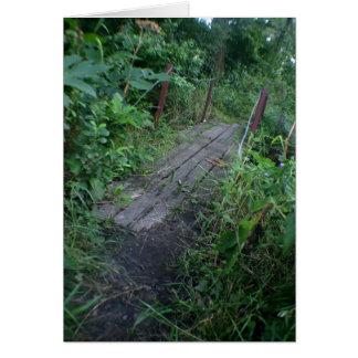 森の想像的なイメージの古い木製橋 カード