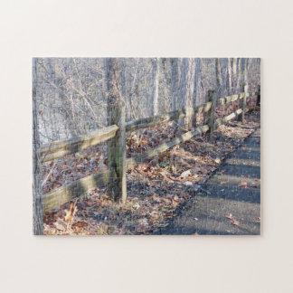 森の木製のレールフェンスそして影 ジグソーパズル