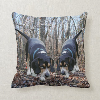 森の枕で捜しているビーグル犬 クッション