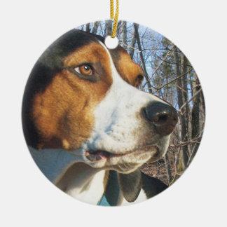 森のTreeingの歩行者のCoonhound セラミックオーナメント