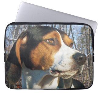 森のTreeingの歩行者のCoonhound ラップトップスリーブ