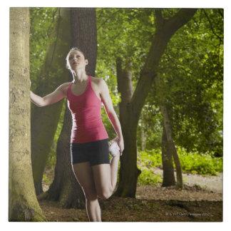 森林で伸びるジョガー タイル