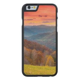 森林との山の秋の景色 ケース