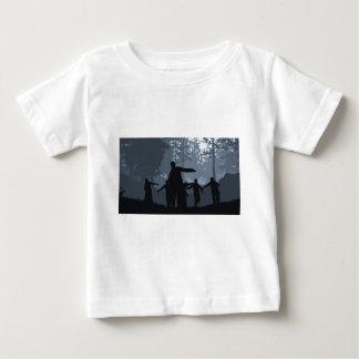 森林のゾンビの追跡 ベビーTシャツ