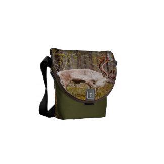 森林のトナカイの歩く メッセンジャーバッグ