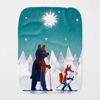森林の星の下のかわいいくまおよびキツネのスキー バープクロス