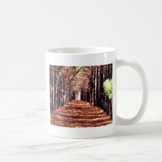 森林の松の木の列 コーヒーマグカップ