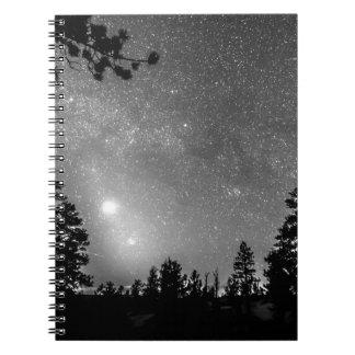 森林は星座の天文学の熟視のシルエットを描きます ノートブック