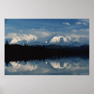 森林及びSnowy山とのmirror湖の地平線 ポスター