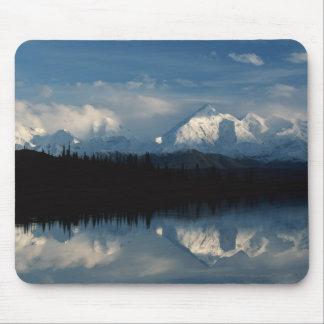 森林及びSnowy山とのmirror湖の地平線 マウスパッド
