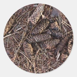 森林床のPineconesそしてマツ針 丸形シール・ステッカー