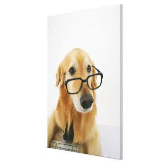 椅子に坐る犬の身に着けているタイおよびガラス キャンバスプリント