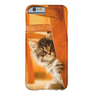 椅子の足を握る子猫 BARELY THERE iPhone 6 ケース