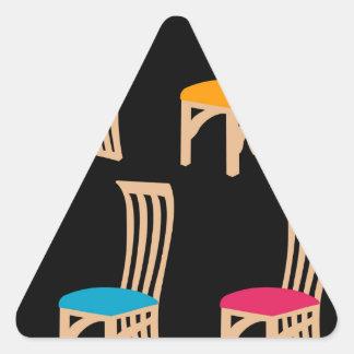 椅子を食事しているデザイナー 三角形シール
