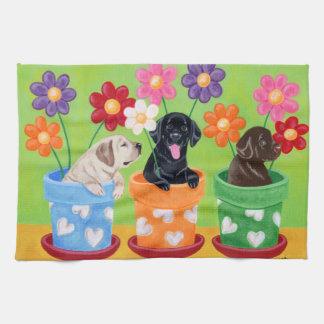 植木鉢のラブラドールの子犬の絵を描くこと キッチンタオル
