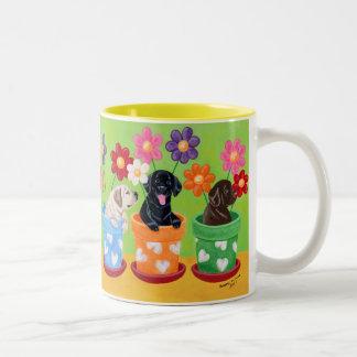 植木鉢のラブラドールの子犬 ツートーンマグカップ