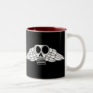 植民地の住民によって飛ぶスカル ツートーンマグカップ