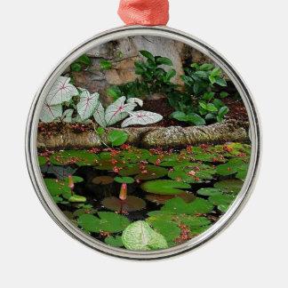 植物の自然ユリの池の景色 メタルオーナメント