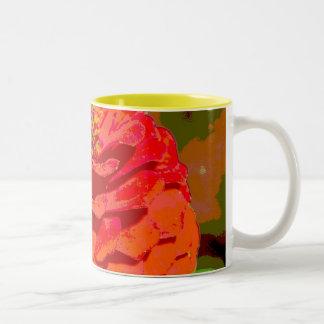 《植物》百日草の花びらのマグのクローズアップ ツートーンマグカップ