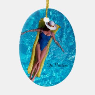 楕円形のオーナメントのためのプールのイメージの女性 セラミックオーナメント