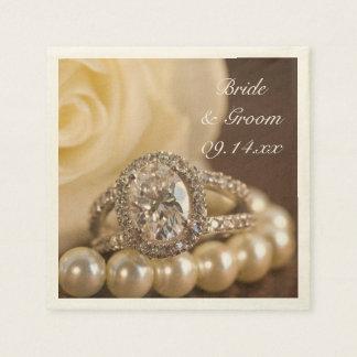 楕円形のダイヤモンド指輪および白いバラの結婚式 スタンダードカクテルナプキン