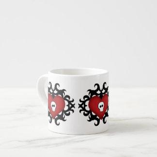 極度のかわいいゴシック様式ダマスク織のスカルのハートの黒および赤 エスプレッソカップ