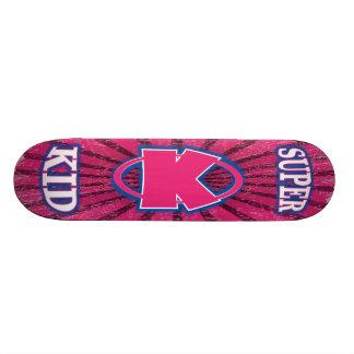 極度の子供の女の子のスケートボード スケートボード