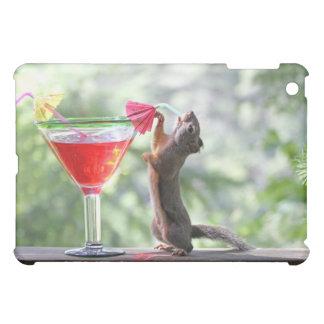 楽しい時間にカクテルを飲んでいるリス iPad MINIケース