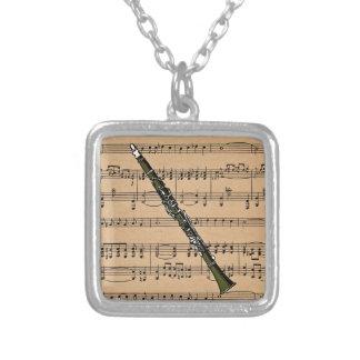 楽譜の背景が付いているクラリネット シルバープレートネックレス