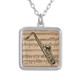 楽譜の背景が付いているサクソフォーンの~ シルバープレートネックレス