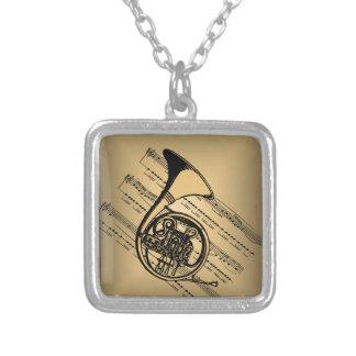 楽譜の背景が付いているフレンチ・ホルン シルバープレートネックレス