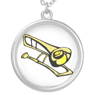 様式化された黄色いトロンボーンのグラフィックのイメージ シルバープレートネックレス